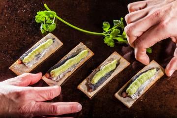Tosta de anchoa con mojo verde